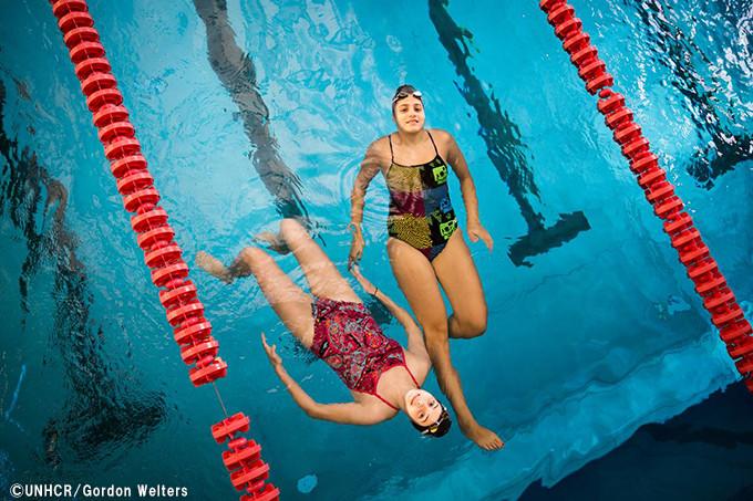 写真:トレーニング中、休憩を取るユスラとサラ姉妹