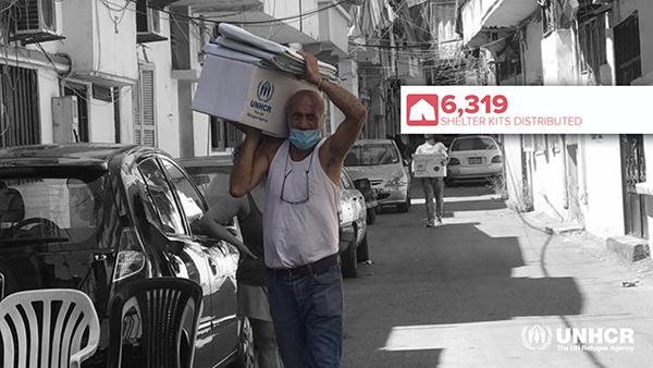 写真:シェルターキットを運ぶ現地の人