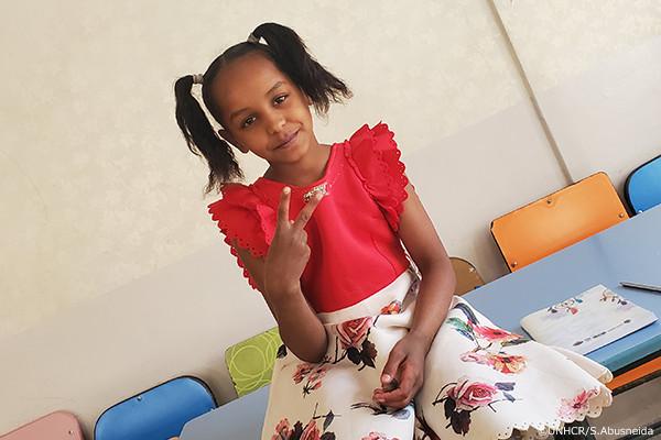 学校で学ぶ難民の少女マリアム