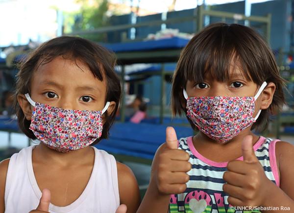 マスクをつける子どもたち