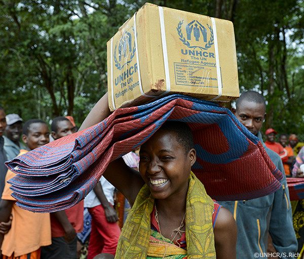 援助物資を運ぶ難民の女性